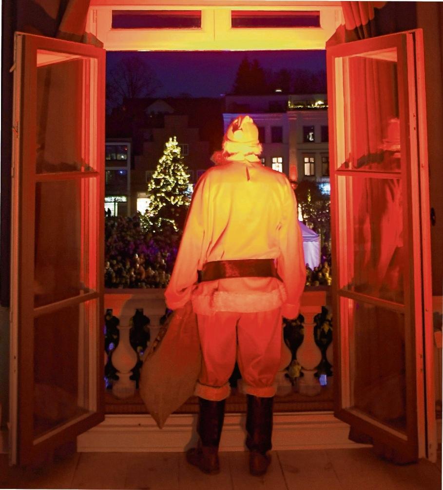 Ganz in Rot am Fenster: Der Weihnachtsmann im Trauzimmer der Kreisstadt. niemeier