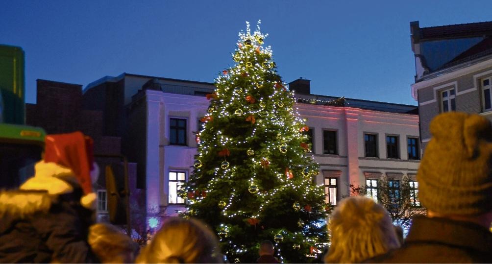 Feierlicher Moment: Der Christbaum  ist hell erleuchtet.Nie