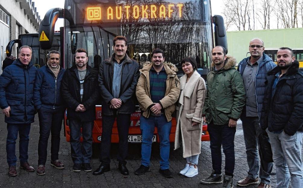 Freuen sich auf zahlreiche Fahrgäste:  Die Autokraft setzt auf motivierte Busfahrer mit Migrationshintergrund.Niemeier