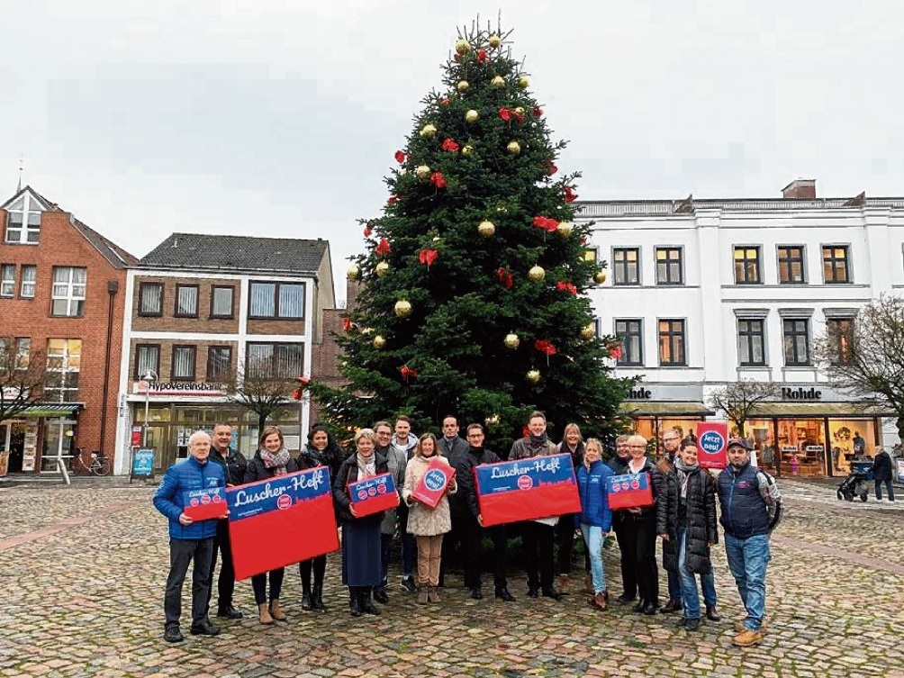 """Unternehmer der Wirtschaftsvereinigung Bad Oldesloe präsentieren das neue """"Luscher-Heft"""".Wirtschaftsvereinigung"""