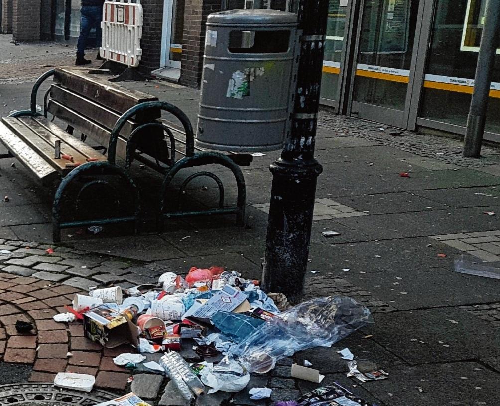 Defekter Mülleimer in der Oldesloer Fußgängerzone.Nie