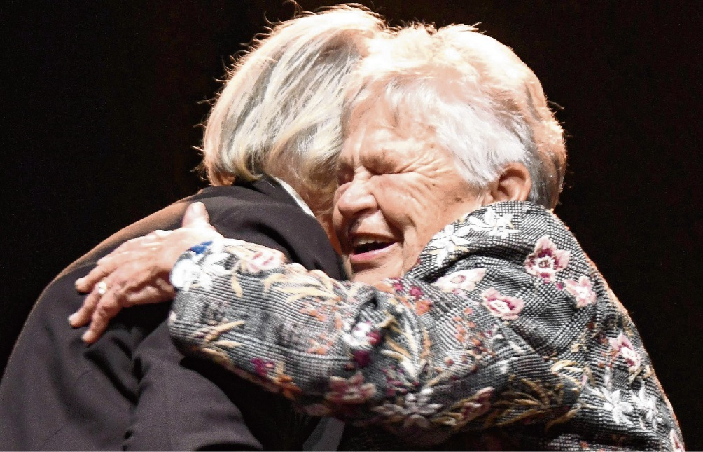 "Große Freude: Hildegard Pontow (links) gratuliert Helga Denkelmann zur Ehrung mit dem ""Silbernen Schlüssel""Niemeier"