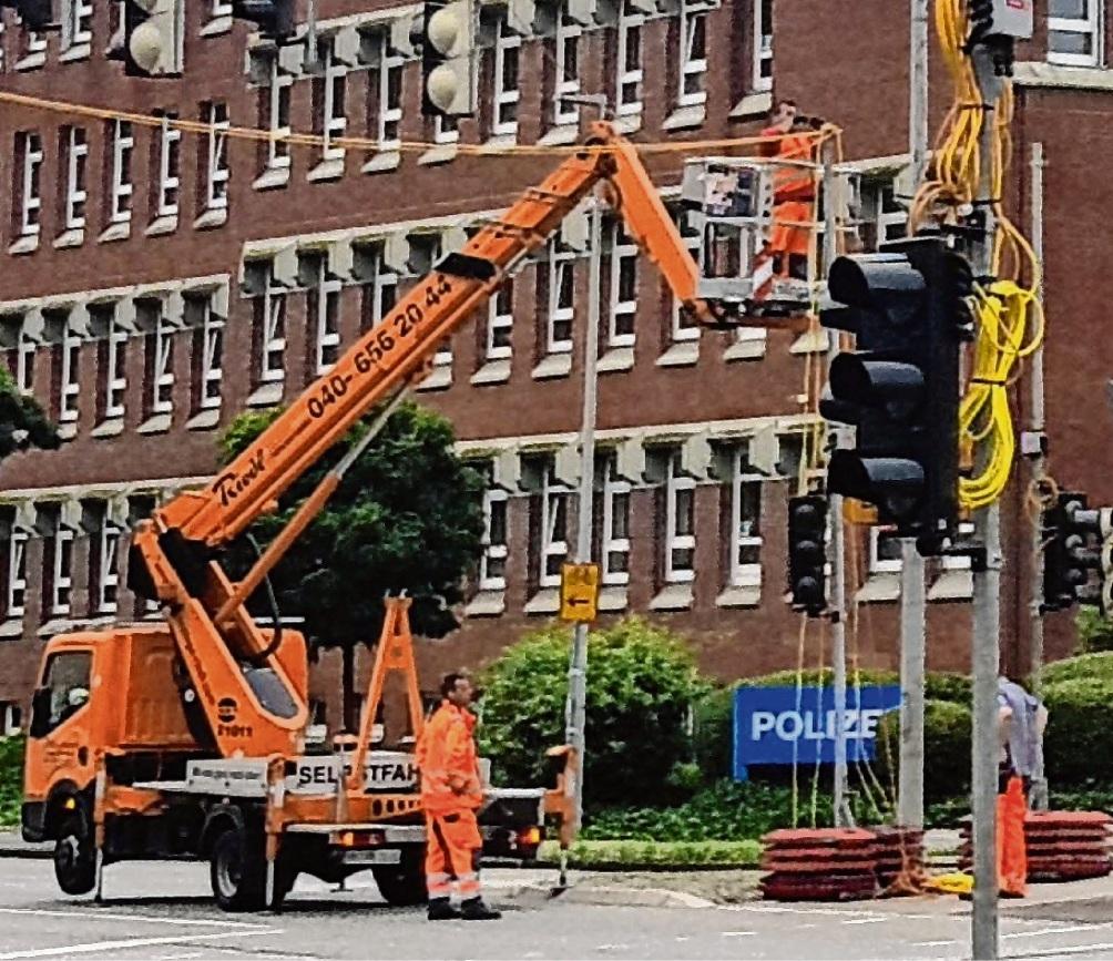 Für die Installation der Ersatzampel waren Teile der Kreuzung am  Berliner Ring gesperrt.Nie
