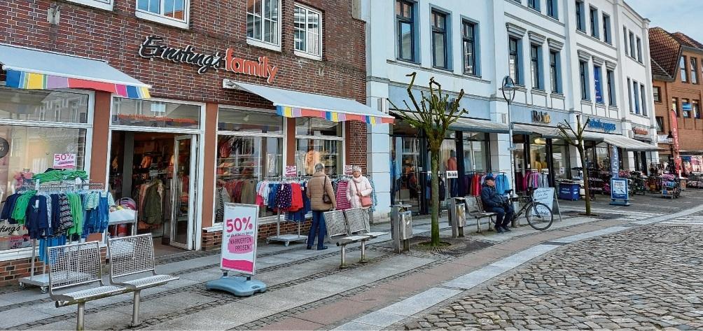 Wenige Kunden, aber noch geöffnet: Textilienhändler in der Oldesloer Hindenburgstraße am Dienstag.Niemeier
