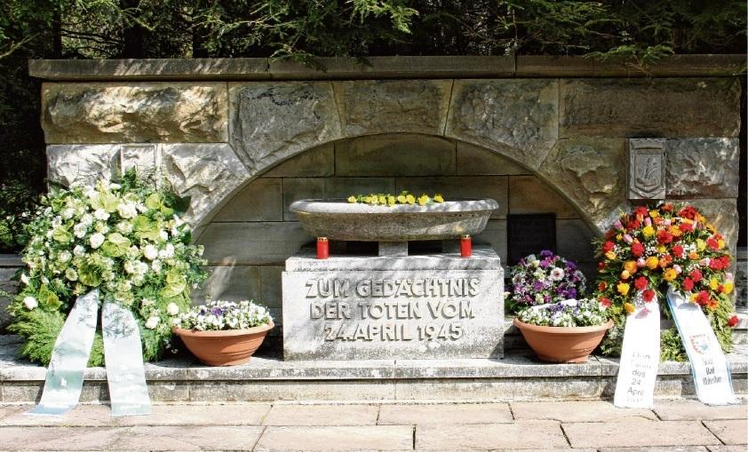 An der Gedenkstätte auf dem Oldesloer Friedhof werden auch in diesem Jahr am 24. April wieder Kränze niedergelegt. Rohde