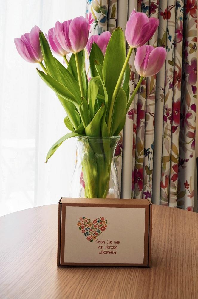 Schöne  Begrüßung: Blumen stehen in jedem Gästezimmer.