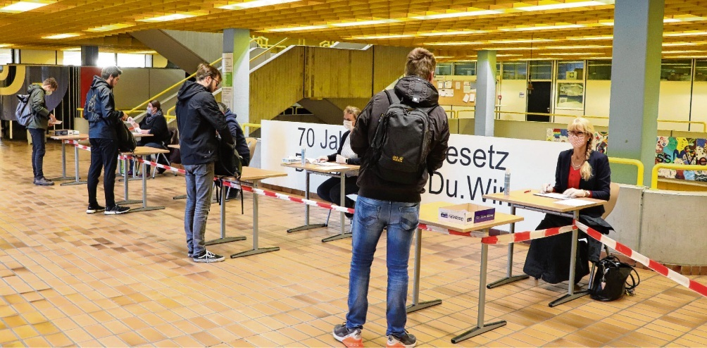 In der Aula der Beruflichen Schule in Bad Oldesloe werden die eintreffenden Abiturienten zunächst registriert. st