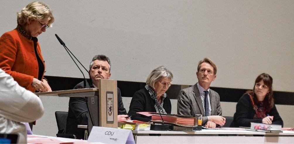 Anita Klahn (FDP)   möchte   bald  zur politischen Arbeit zurück. So wie hier in der  Februar-Stadtverordnentenversammlung. Nie;Bleibt trotz der  Einschätzung von Hauptamtsleiter Malte Schaarmann (2.v.r.)  bei ihrer Haltung:   Anita Klahn, FDP (l.). Nie