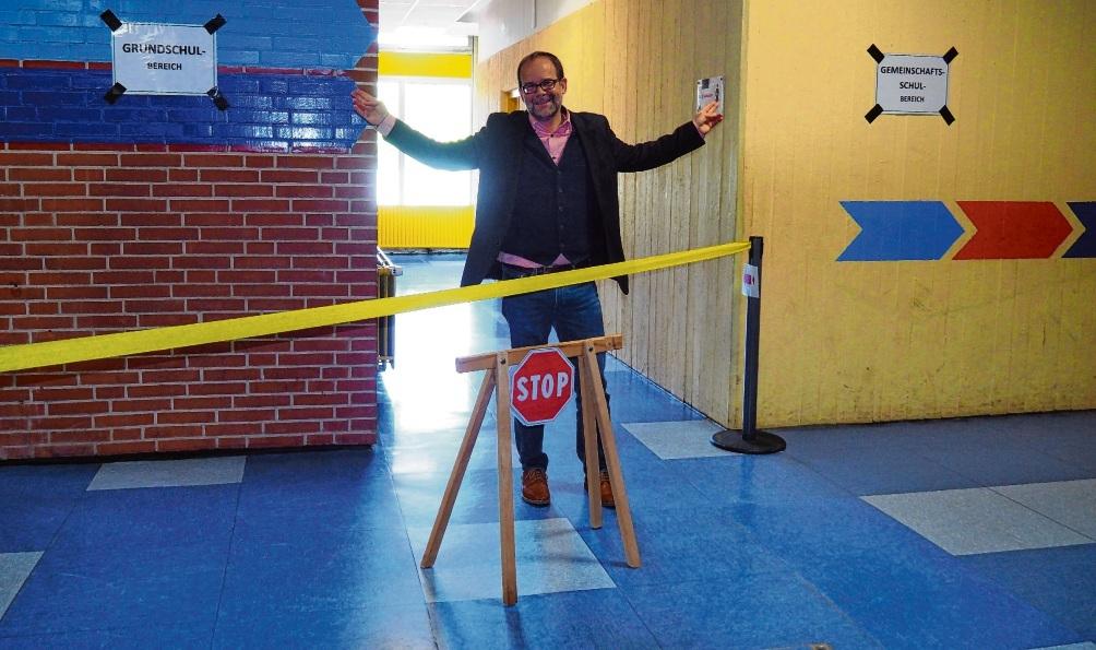 Sascha Plaumann, Leiter der Schule am Masurenweg, vor den beiden von einander getrennten Bereichen der Oldesloer Grund- und Gemeinschaftsschule. Rohde