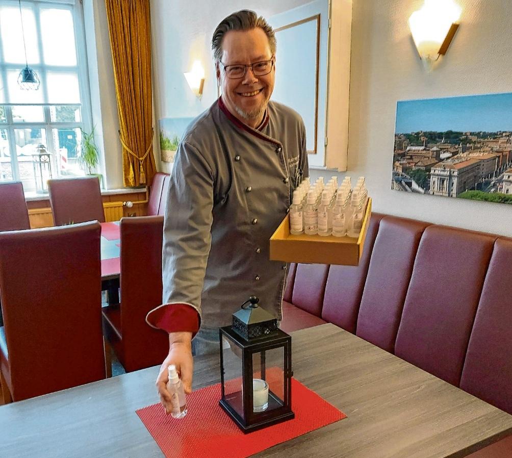 Kandelar- Betreiber Rainer Hinz hat für jeden Tisch Desinfektionsmittel herstellen lassen.Nie