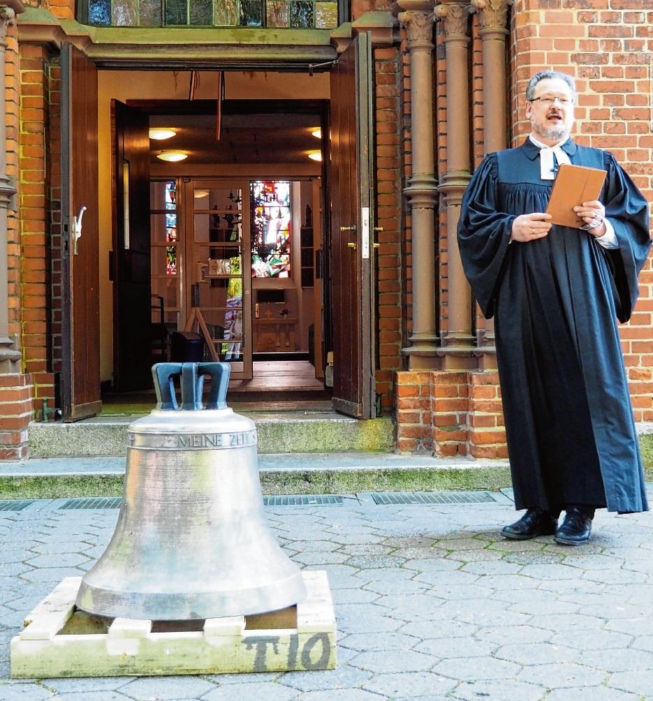 Die neue Kirchenglocke wurde vor der Peter-Paul-Kirche nach einer kleinen Feier von Pastor Diethelm Schark geweiht. Rohde