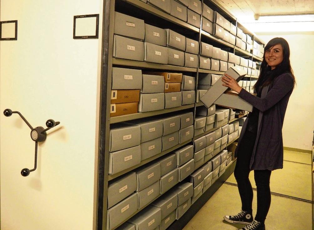 Stadtarchivarin Celina Höffgen sucht nach Unterlagen in der Rollregalanlage des Stadtarchivs,  das sich im Untergeschoss des Stadthauses befindet. Susanne Rohde