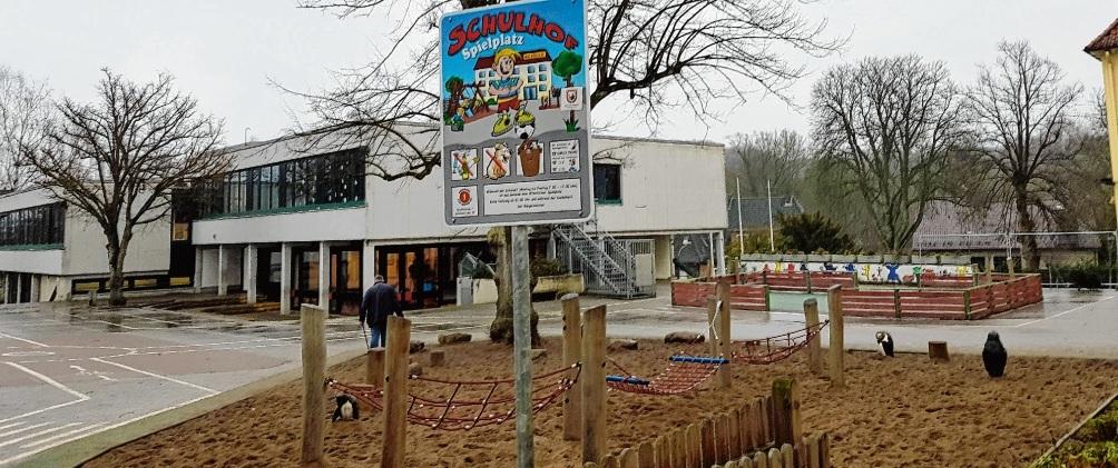 Bald werden auf dem Pausenhof der Stadtschule wieder mehr Kinder sein. Schulleiterin Sabine Prinz (kl. Foto) ist besorgt.Nie