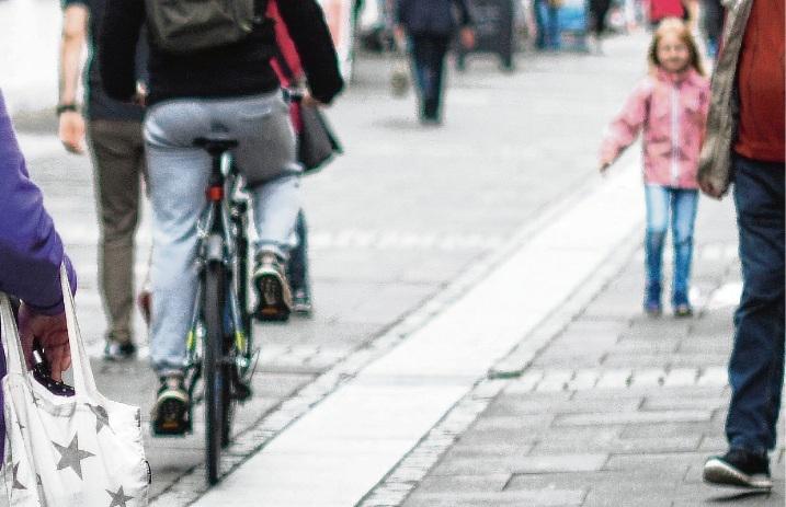 Radler fahren durch die  Oldesloer Fußgängerzone.Nie