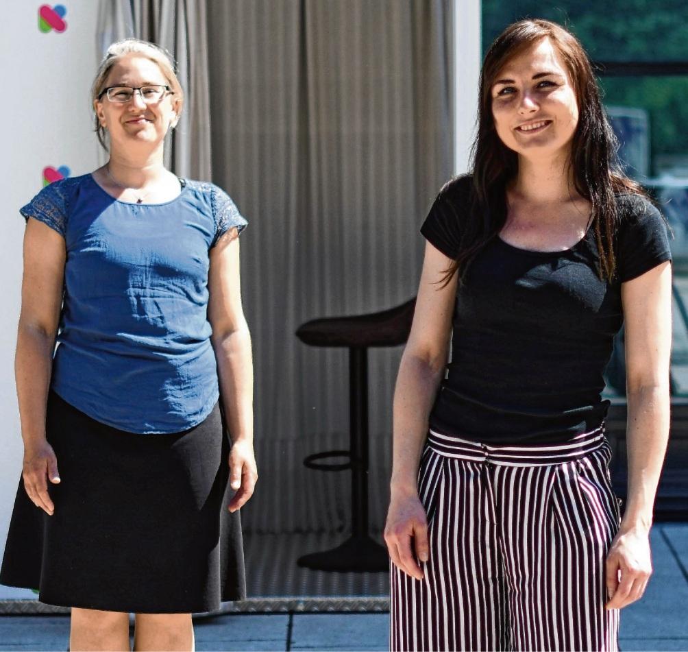 Präsentation: Inken Kautter (l.) und Celina Höffgen vor der Videobox direkt am Kultur- und Bildungszentrum. Niemeier