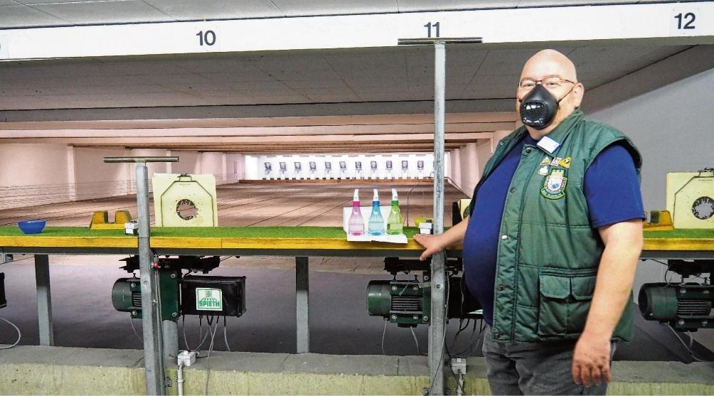 Ralf Ende, stellvertretender Schützenmeister der Bürgerschützengilde, auf dem noch verwaisten Kleinkaliber-Schießstand. Sprühflaschen mit Desinfektionsmittel sind hier ein Muss. S. Rohde