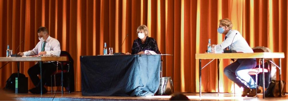 Bürgerworthalterin Hildegard Pontow (Mitte) leitete die Versammlung in der Festhalle.Nie