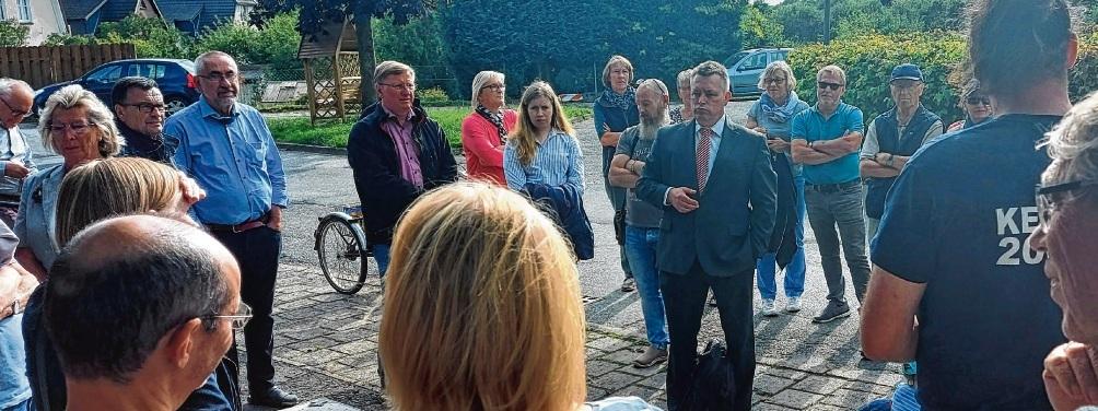 Reagiert auf die zum Teil unsachlich vorgetragene Kritik und den Fragen ruhig: Bürgermeister  Jörg Lembke vor Ort. nie
