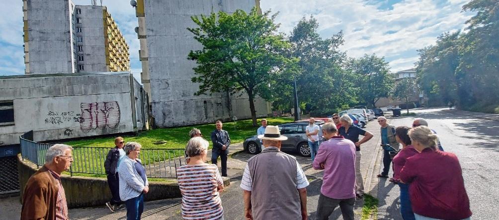 Bürgermeister Jörg Lembke traf sich mit Anwohnern direkt an den Hochhäusern.Niemeier
