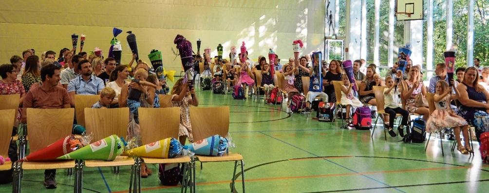 Viel Abstand  zwischen den Reihen war gestern das Gebot der Stunde: Bei den vier Einschulungsfeiern in der Sporthalle der Schule am Masurenweg durften pro Familie   fünf Personen Platz nehmen.rohde