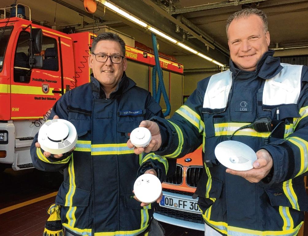 Kleine Geräte, die lebensrettenden Lärm machen können:  Ingo Bernotat (li.) und Olaf Klaus mit diversen Rauchmeldern.link