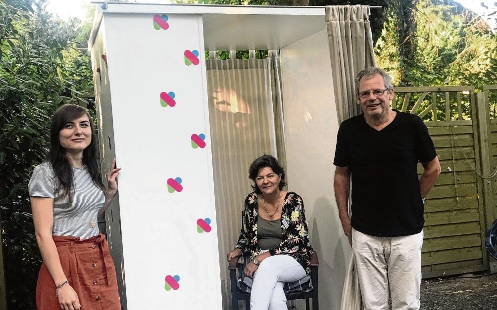 An und in der Video-Box: Stadtarchivarin Celina Höffgen (links), Pflegeheim-Mitarbeiterin Kerstin Schmidt  und Einrichtungsleiter Wolfgang Broszio (rechts).Stadt Bad Oldesloe