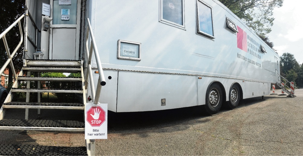 Auf dem Parkplatz am Kurpark steht bis Ende September eine mobile Röntgeneinheit, das sogennante Mammobil.LInk