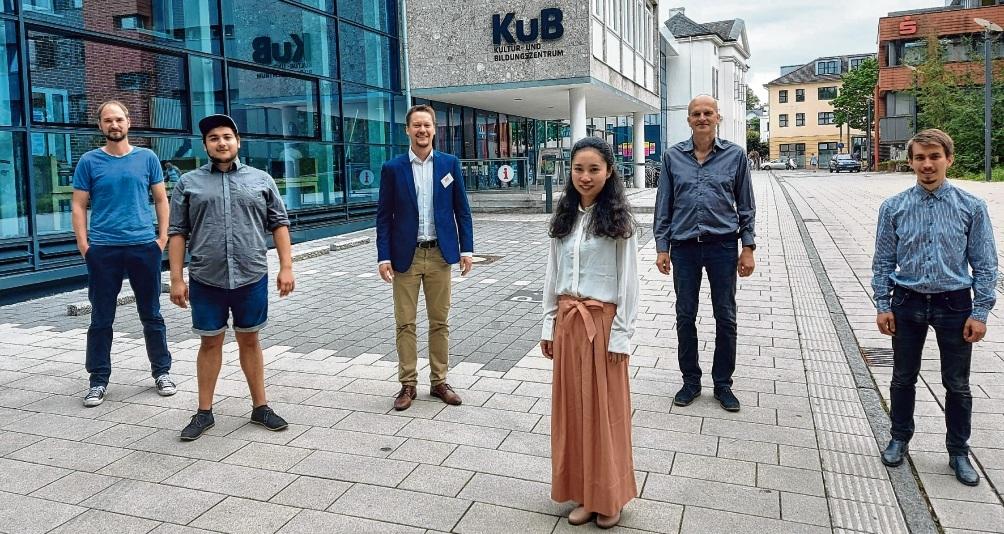 Musikschulleiter Marian Henze (3. von links) mit fünf seiner neuen Dozenten.Niemeier