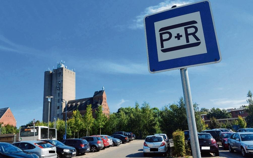 "Der ""Park & Ride"" Parkplatz am Bahnhof in Bad Oldesloe. Niemeier"