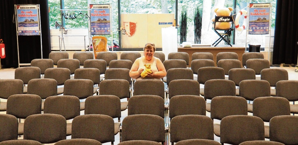 70 nagelneue Stühle stehen in der Theaterwerkstatt der Oldesloer Bühne und warten auf Publikum. Vereinsvorsitzende Heike Gräpel (mit Sparschwein) ist zuversichtlich, dass es hier bald wieder Aufführungen geben wird.  Rohde