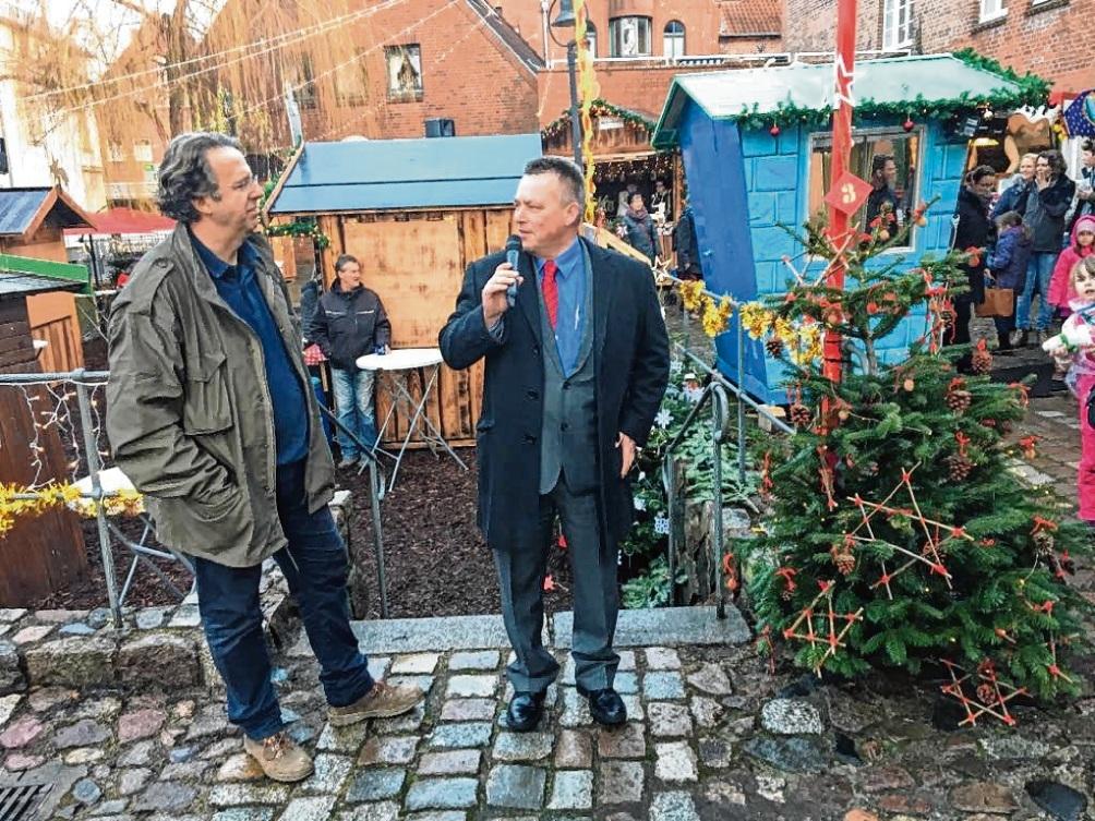 Bürgermeister Jörg Lembke (r.) beim Mühlradmarkt 2019 mit Günter Knubbe. Nie