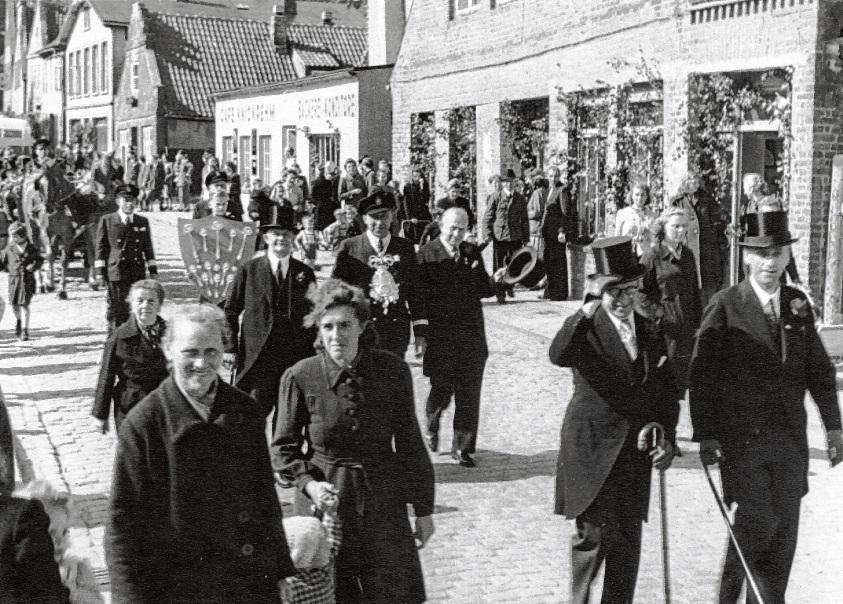 Umzug der Bürgerschützengilde im Jahre 1949 mit König Ernst Ehlers in der Oldesloer Brunnenstraße.  Fundus Bürgerschützengilde