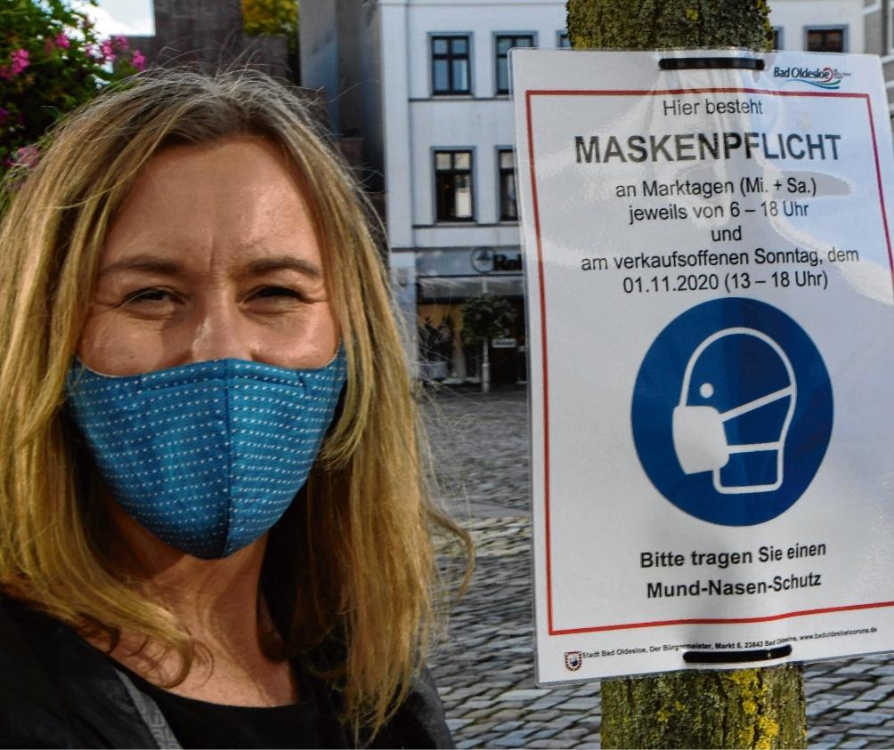Mit Maske: Agnes Heesch.