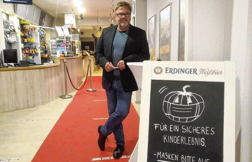 Bad Oldesloes Kino-Chef Heinz Wittern im Foyer des OHO-Kinos Fischer