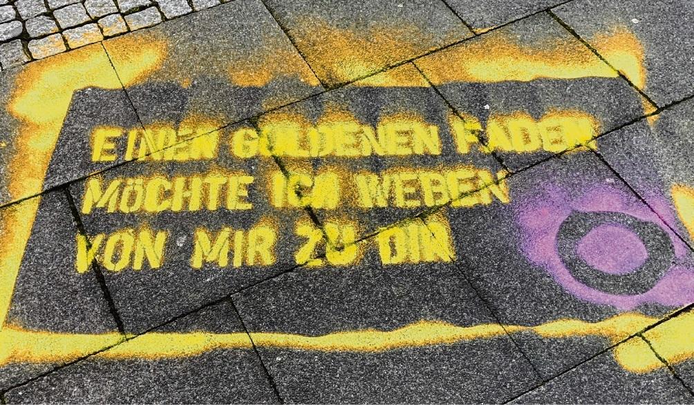 Dieser Spruch und weitere sind auf dem Pflaster in der Innenstadt zu sehen. stephan poost