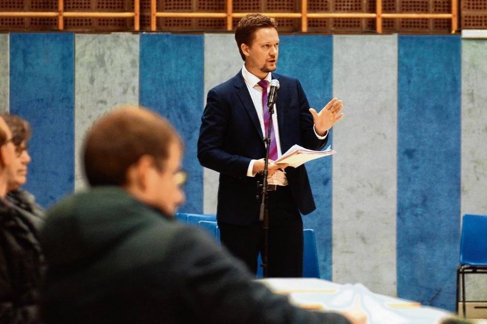 Marian Henze, Leiter der Oldesloer Musikschule, im Ausschuss. finn fischer