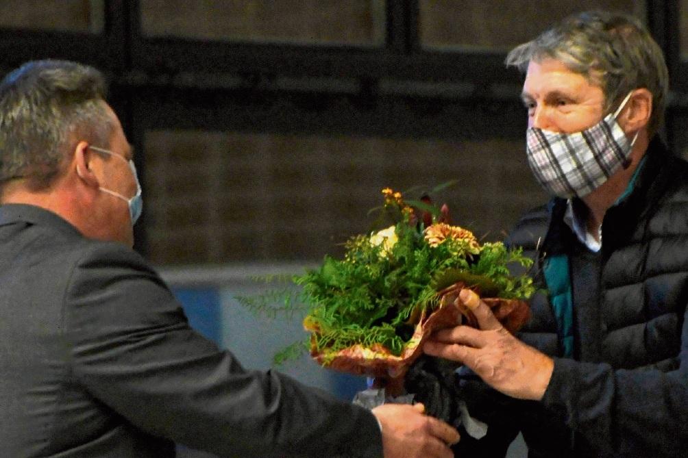 Bürgermeister Jörg Lembke (li.) überreichte Blumen an Dr. Kurt Soeffing. nie