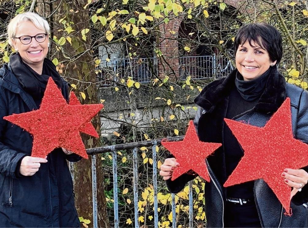 Sterne als Symbol für Weihnachtsaktionen: Nicole Brandstetter und Angela Dittmar von der Wirtschaftsvereinigung.  st