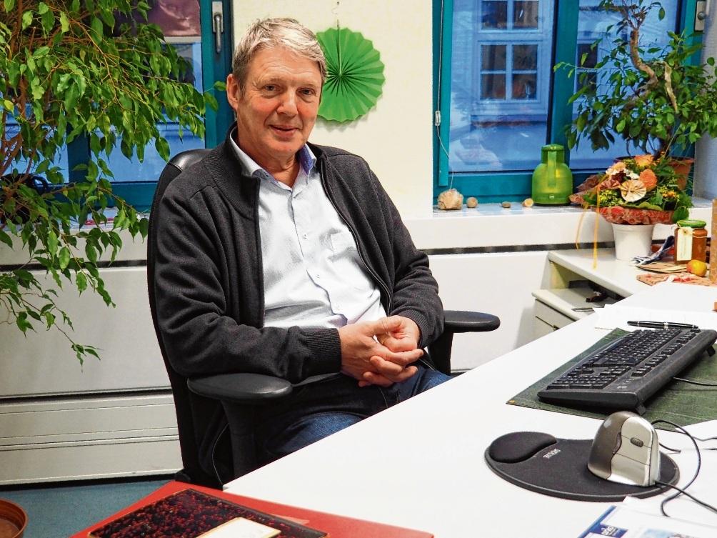 Dr. Kurt Soeffing (66) sitzt an seinem letzter Arbeitstag noch am Schreibtisch in der Oldesloer Stadtverwaltung.  Rohde