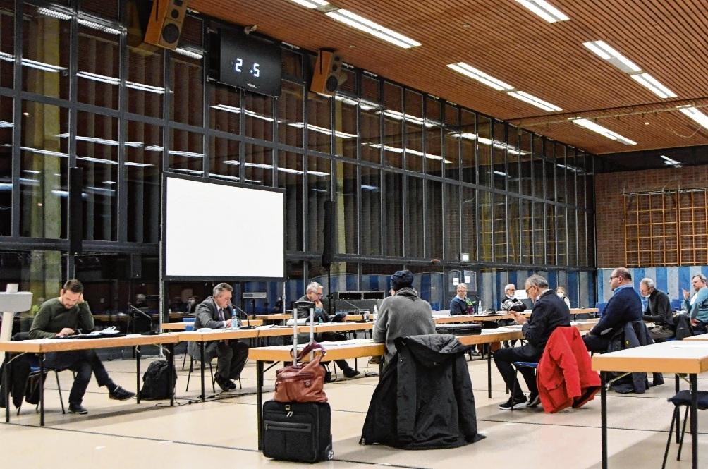Aktuell finden die Sitzungen in der Stormarnhalle statt. Die Politiker sehen diesen Ort als öffentlich, aber auch noch geschützt an. Bei Internetübertragungen sei das nicht mehr der Fall. Niemeier