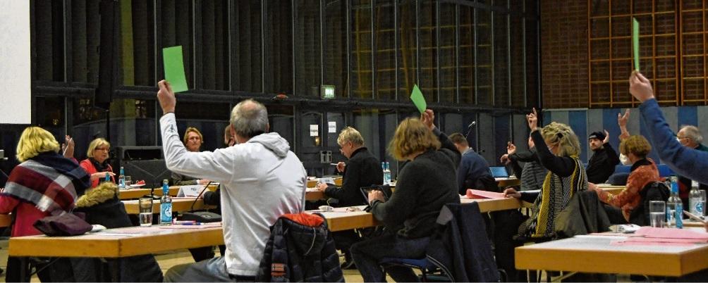 Abstimmung: Die Dezember-Stadtverordnetenversammlung in der Stormarnhalle im Corona-Modus. niemeier