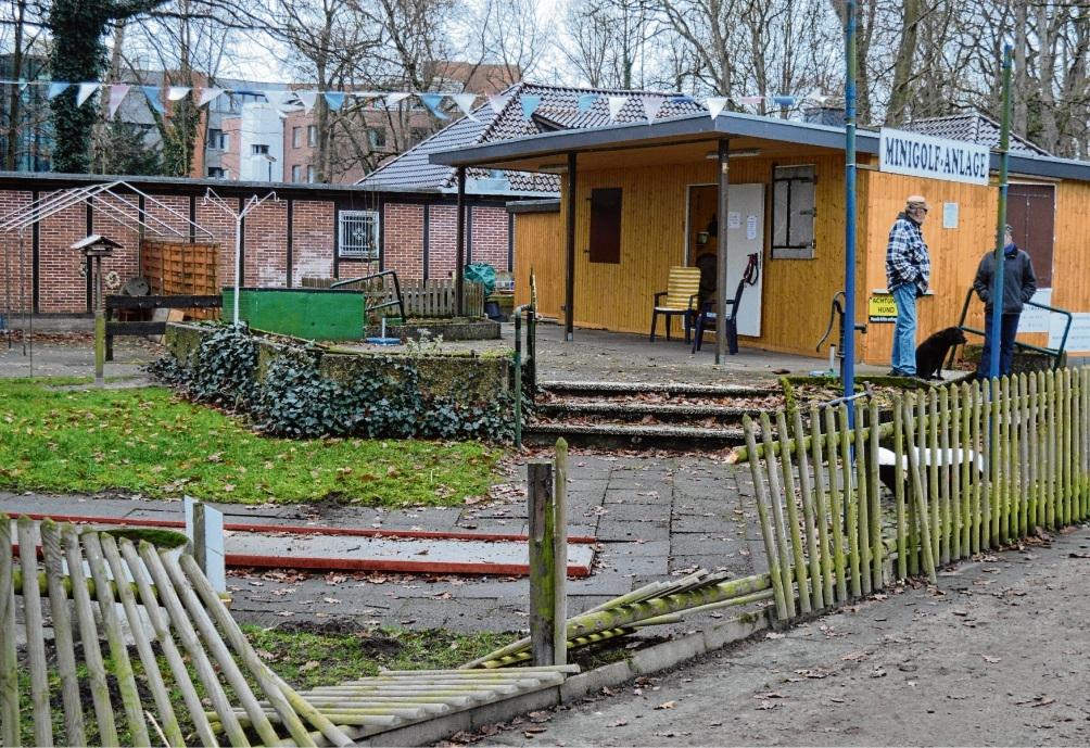 Mit roher Gewalt zerstörten Unbekannte den Zaun am Minigolf-Platz in Bad Oldesloe.  nie