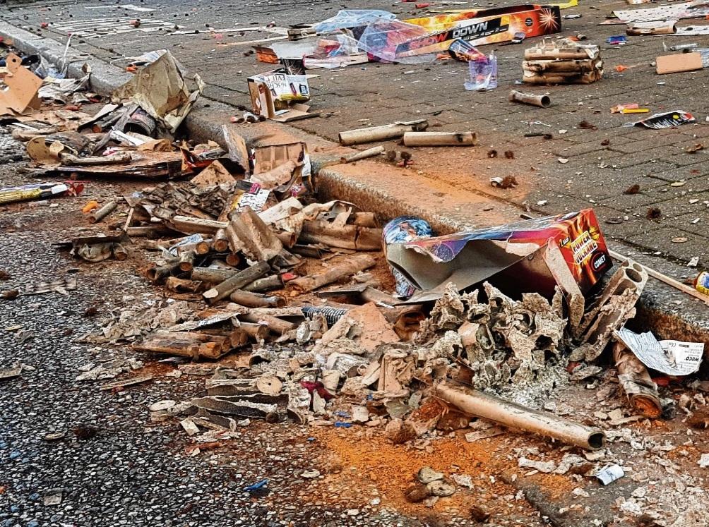 Der Müll ignoranter Böllerfreunde: In Bad Oldesloe sahen die Straßen am 1. Januar 2020 teilweise erschreckend aus. Auch das ist ein Grund für die Verbots-Bestrebungen.  Nie