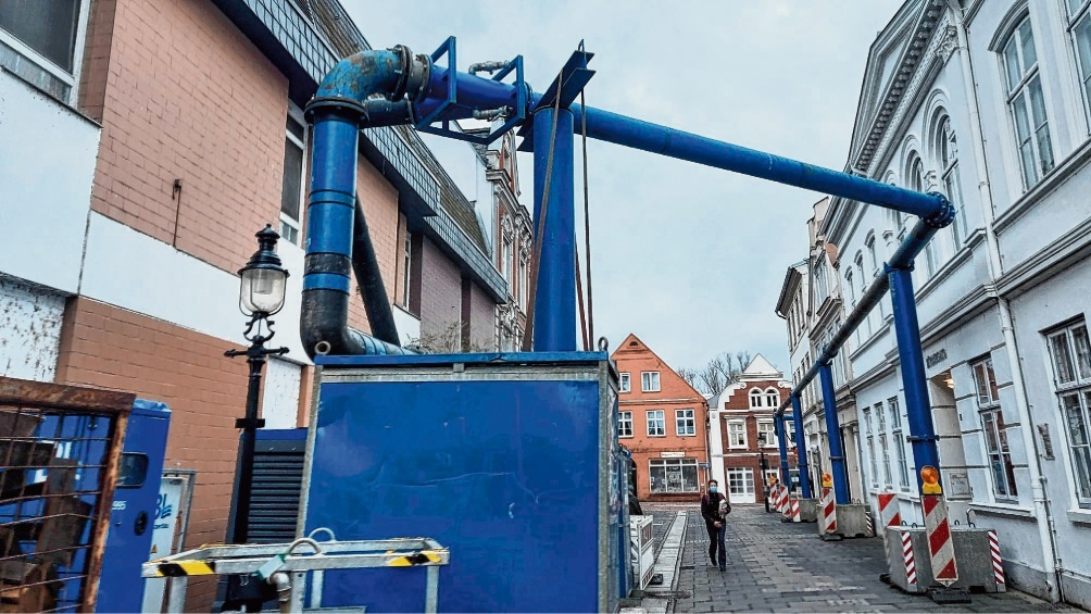 Das Rohrsystem in der Bad Oldesloer Mühlenstraße sorgt für Irritationen.  niemeier