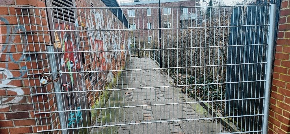 Kein Durchkommen: Auch von der Innenstadtseite wurde der Durchgang gesperrt.  Patrick Niemeier
