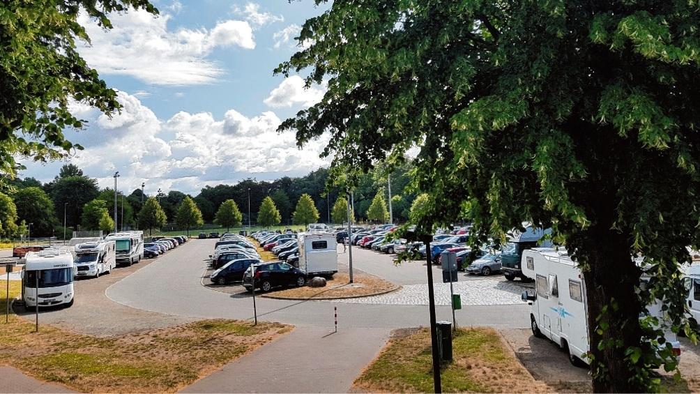 Wohnmobile belegen im Sommer häufig auch Parkplätze auf dem Bad Oldesloer Exer, die nicht für sie gedacht sind.  patrick niemeier