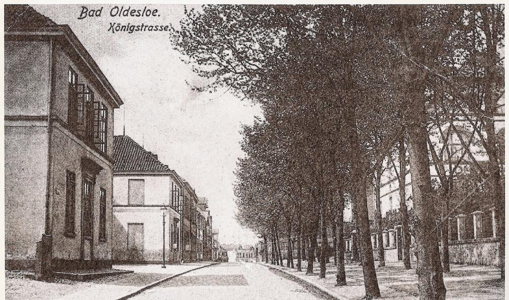Die alte Aufnahme zeigt die Königstraße in Bad Oldesloe mit Baumallee.  st