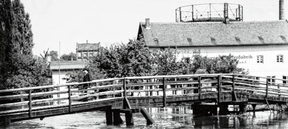 An der alten Kranbrücke und der Tapetenfabrik endete früher die Weinhude.  archiv