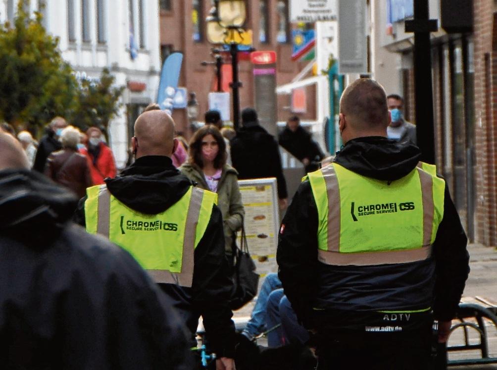 Die Stadt könnte einen Sicherheitsdienst einsetzen – wie hier im vergangenen Jahr beim verkaufsoffenen Sonntag. Patrick Niemeier