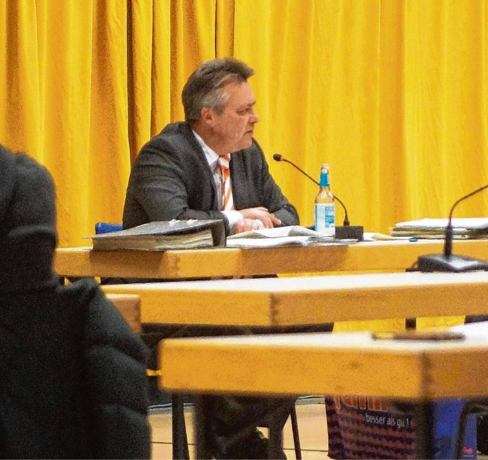 Bürgermeister Jörg Lembke bei der Diskussion über die Verwaltungsumstrukturierung.  Finn Fischer